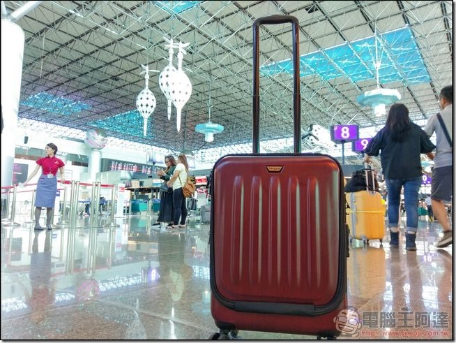一個行李在機場大廳