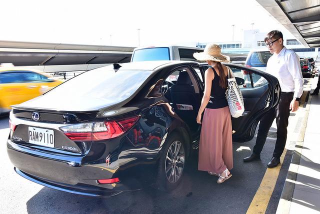 一名女子在機場搭乘叫車吧的車