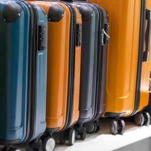 旅客五顏六色的行李箱排排站