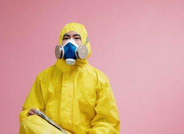 男子穿防護衣戴防病毒口罩