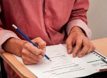 紅色衣服的人寫考試券檢定考試