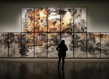 在博物館看藝文畫作