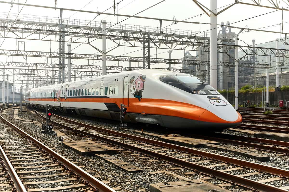 台灣高鐵在鐵軌上的列車