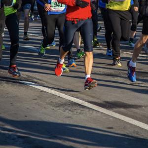 許多人參加馬拉松比賽
