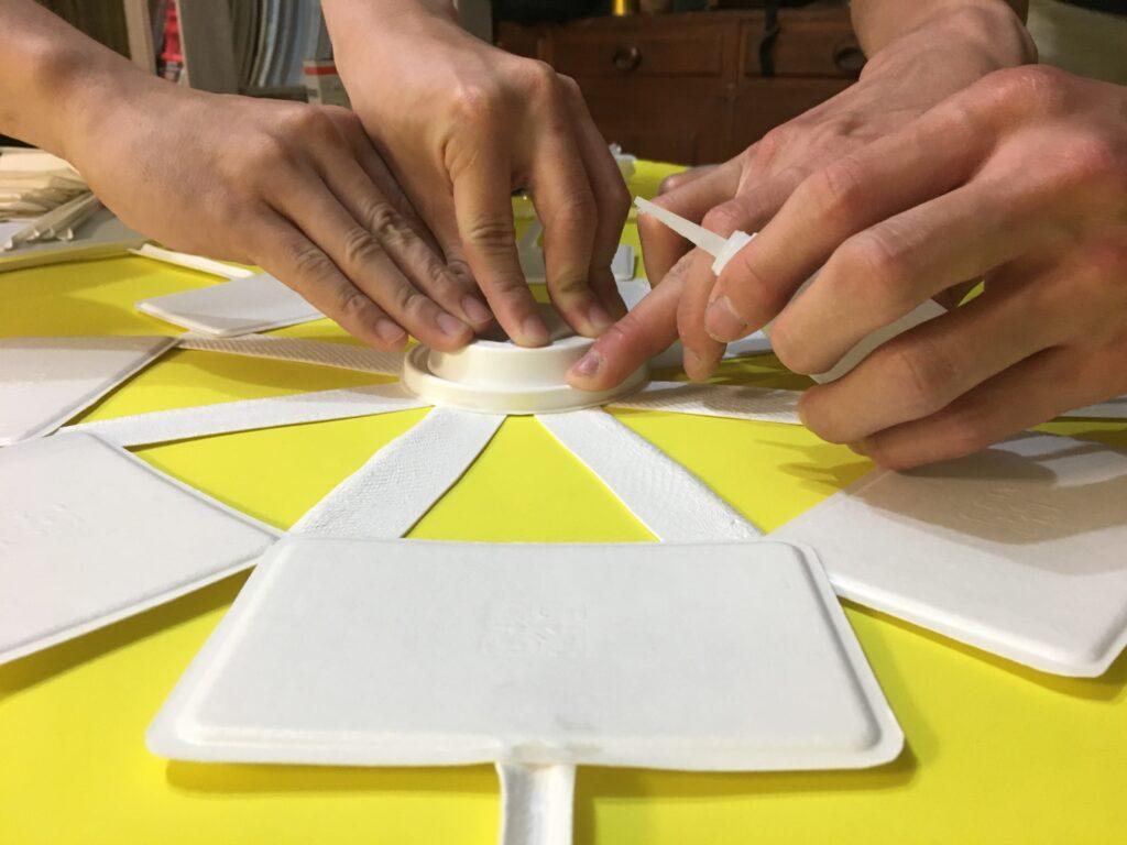文化銀行團隊利用回收紙漿再製的紙製品,研發出台灣第一顆全紙天燈